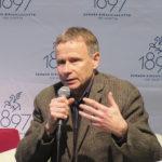 Suomen Kirjailijaliiton puheenjohtaja Jyrki Vainonen keskustelemassa 10.10. ilmestyneestä liiton historiasta Kivelle perustettu.