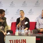 J.S. Meresmaa keskustelemassa Paula Havasteen ja Petri Tammisen kanssa suomalaisen kirjallisuuden viennistä ja kertomassa kokemuksistaan liiton ulkomaisiin yliopistoihin suuntautuneilla kirjailijavierailuilla.