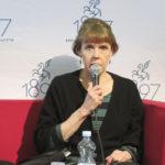 Anne Hänninen keskustelemassa runoudesta.